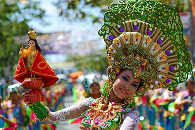 フィリピン サント・ニーニョ像をもつシヌログの踊り子
