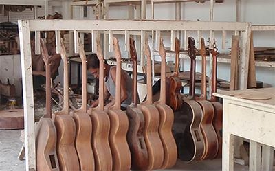 フィリピン セブ仕上げ前のギター