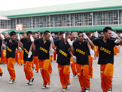 フィリピン セブ熱い中、楽しげに踊る囚人たち