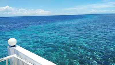 桟橋からの青い海