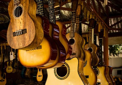 マクタン島のギター工場